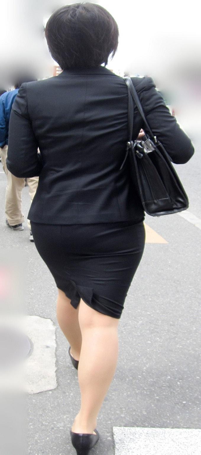 【街撮りスーツ画像】外回り女子のタイトに包まれたムッチリエロ尻追いかけてwww 13