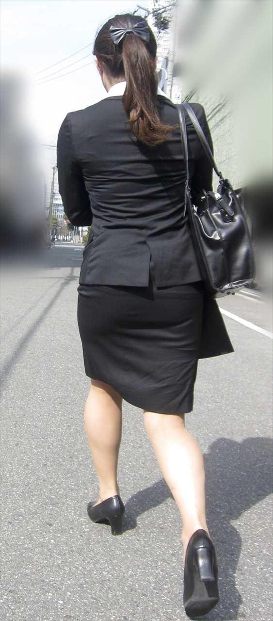 【街撮りスーツ画像】外回り女子のタイトに包まれたムッチリエロ尻追いかけてwww 14