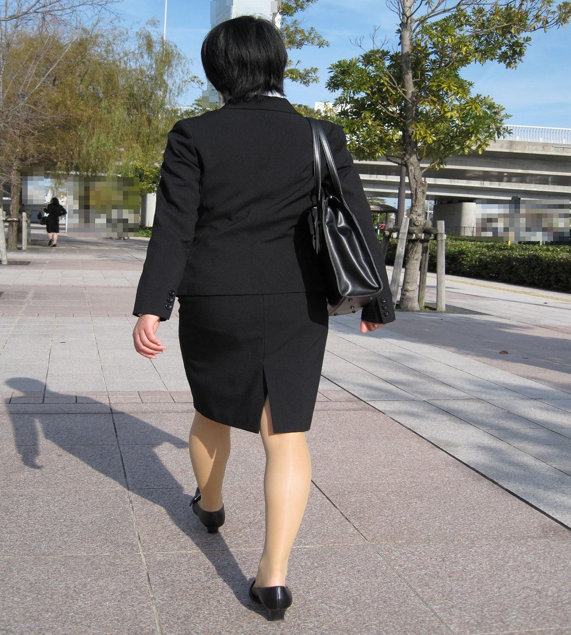 【街撮りスーツ画像】外回り女子のタイトに包まれたムッチリエロ尻追いかけてwww 16