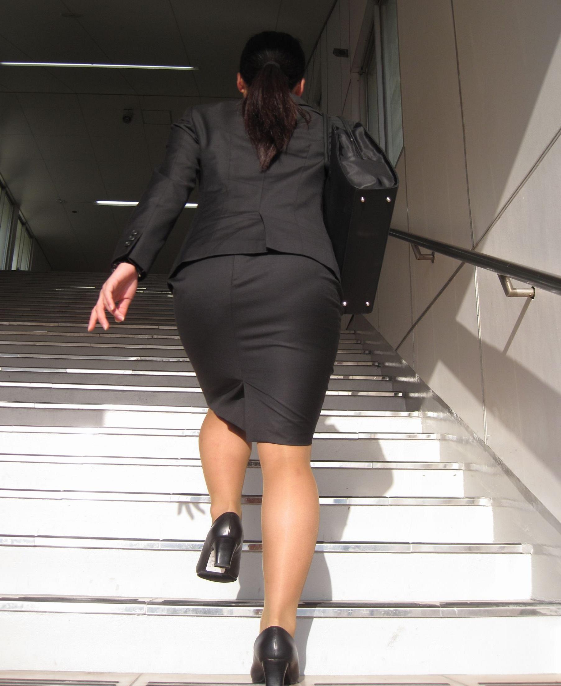 【街撮りスーツ画像】外回り女子のタイトに包まれたムッチリエロ尻追いかけてwww 18