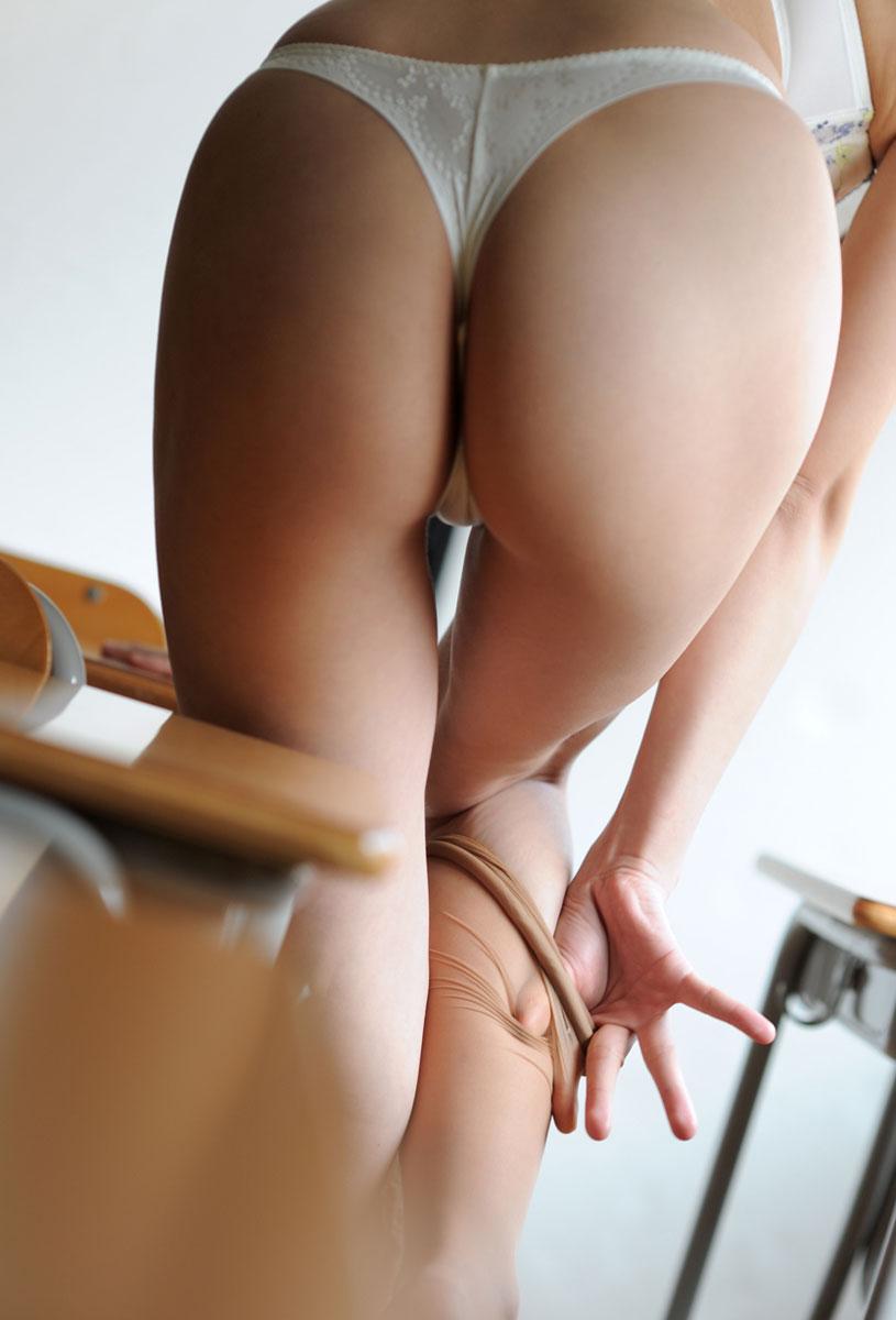 【美尻画像】ギリギリの食い込みがもう…美尻に馴染むTバックの画像 08