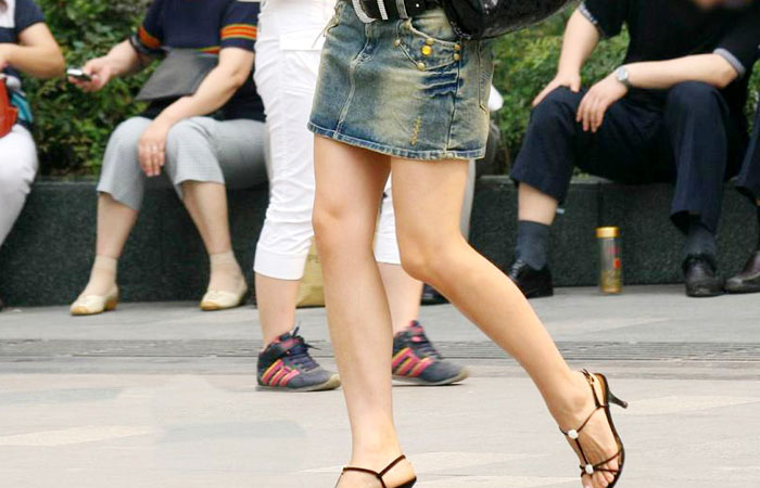 【街撮り美脚】お姉様方の綺麗なおみ脚が颯爽と街行く姿に萌える画像