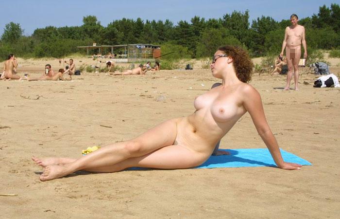【外人トップレス画像】海外のヌーディストビーチがガチで全裸だらけでうらやまけしからんwww