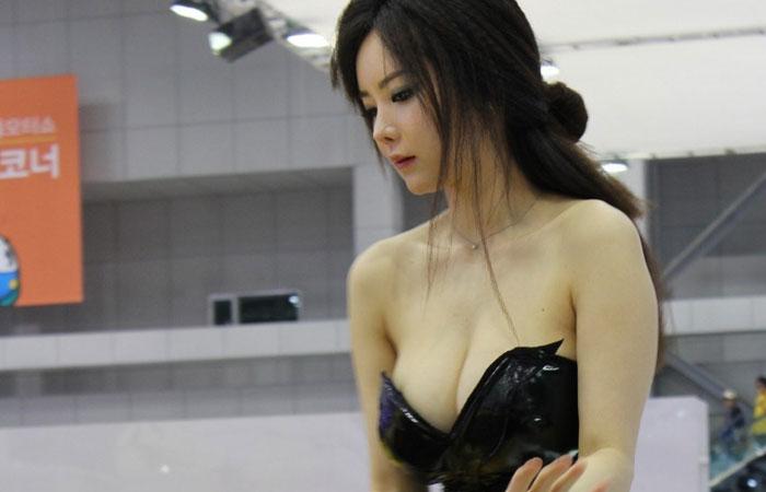 【キャンギャル画像】キャンギャルお姉さんの大胆に露出させた肌に癒される画像www