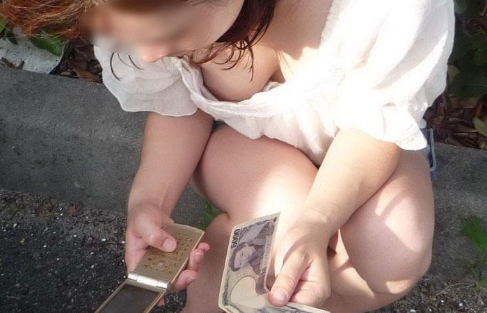 【隙だらけチラ画像】ケータイやスマホ弄ってる女はあらゆる角度から覗き放題www