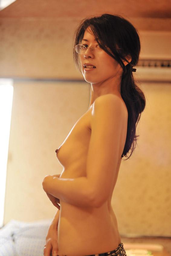 【眼鏡フェチ画像】地味な感じの眼鏡女子がおっぱい出してる姿に何故か惹かれるフェチ画像 14