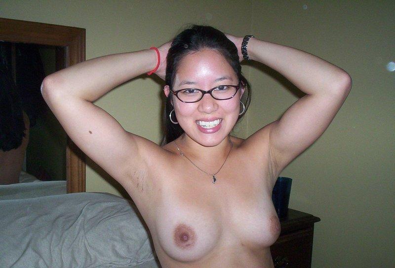 【眼鏡フェチ画像】地味な感じの眼鏡女子がおっぱい出してる姿に何故か惹かれるフェチ画像 15