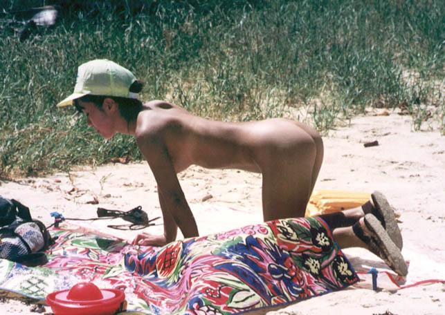 【ヌードビーチ画像】日本人がはっちゃけてビーチでポロリどころか丸出しのようですwww 14