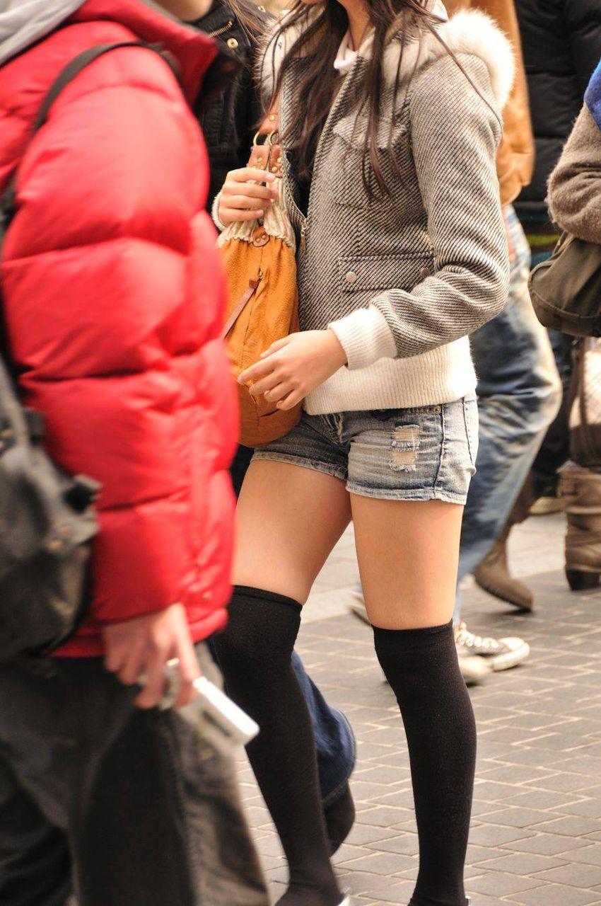 【街撮りニーソ画像】僅かに見えた太ももこそ興奮の素www絶対領域ニーソ画像 06