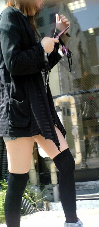 【街撮りニーソ画像】僅かに見えた太ももこそ興奮の素www絶対領域ニーソ画像 16