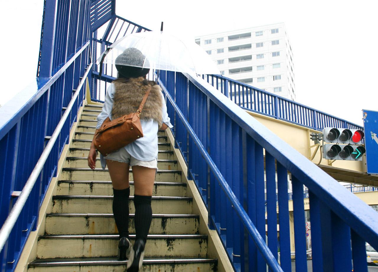【街撮りニーソ画像】僅かに見えた太ももこそ興奮の素www絶対領域ニーソ画像 19