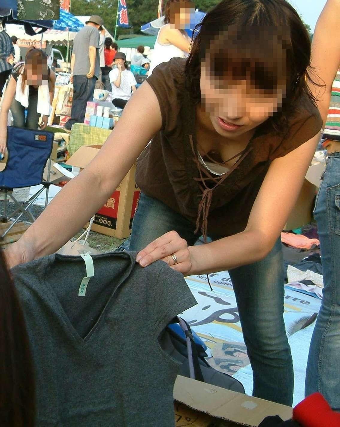 【日常エロ画像】行楽シーズンはあちらこちらで胸チラ・パンチラ発生する模様www 01