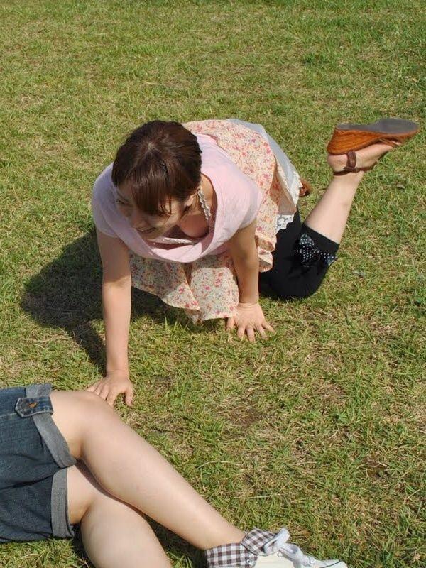 【日常エロ画像】行楽シーズンはあちらこちらで胸チラ・パンチラ発生する模様www 02