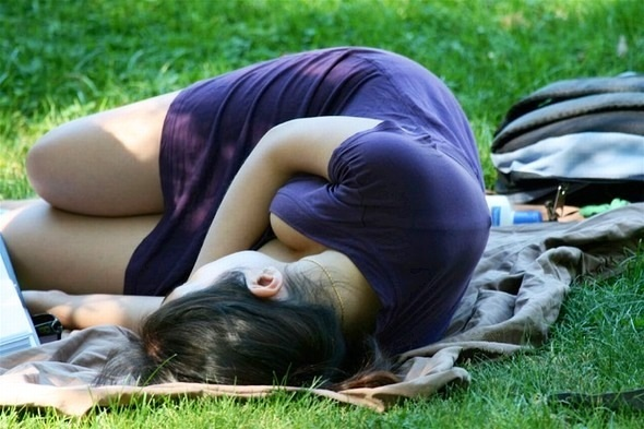 【日常エロ画像】行楽シーズンはあちらこちらで胸チラ・パンチラ発生する模様www 12