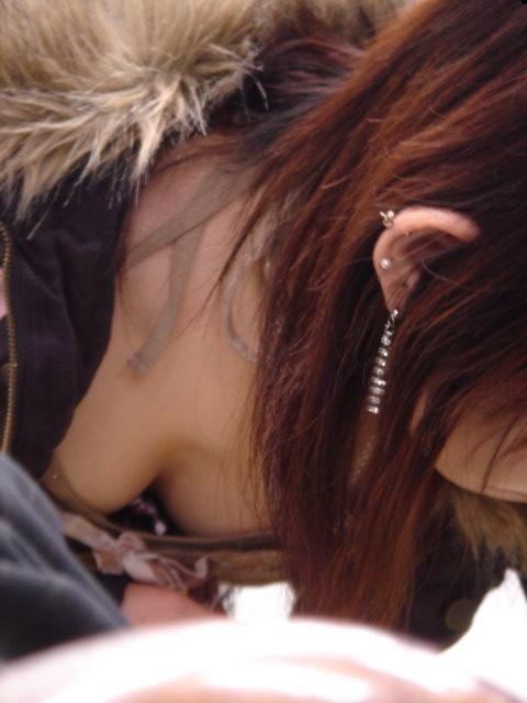 【日常エロ画像】行楽シーズンはあちらこちらで胸チラ・パンチラ発生する模様www 13