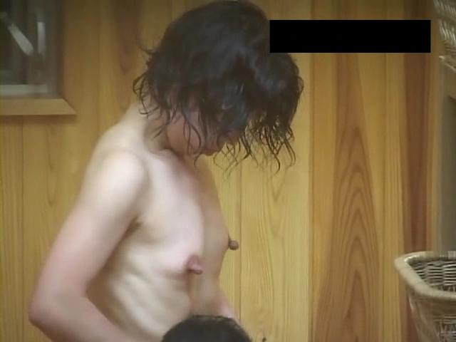 【風呂・脱衣所覗き】旦那も混ざって盗撮wwwママさんの風呂・脱衣所での裸体に心躍る画像 08