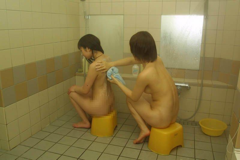【風呂・脱衣所覗き】旦那も混ざって盗撮wwwママさんの風呂・脱衣所での裸体に心躍る画像 14