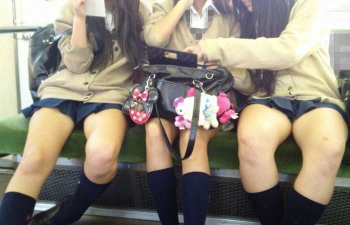 【電車内JK画像】向かいのミニスカJKの見えそうで見えない太ももの隙間に釘付けwww