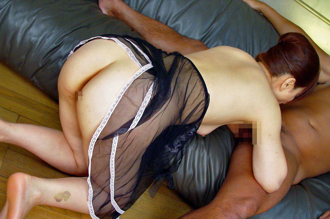 【ご奉仕画像】こうして跪かれてみたい…男にご奉仕中の女の子の画像 04