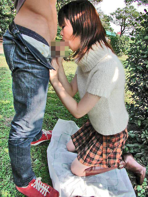 【ご奉仕画像】こうして跪かれてみたい…男にご奉仕中の女の子の画像 15