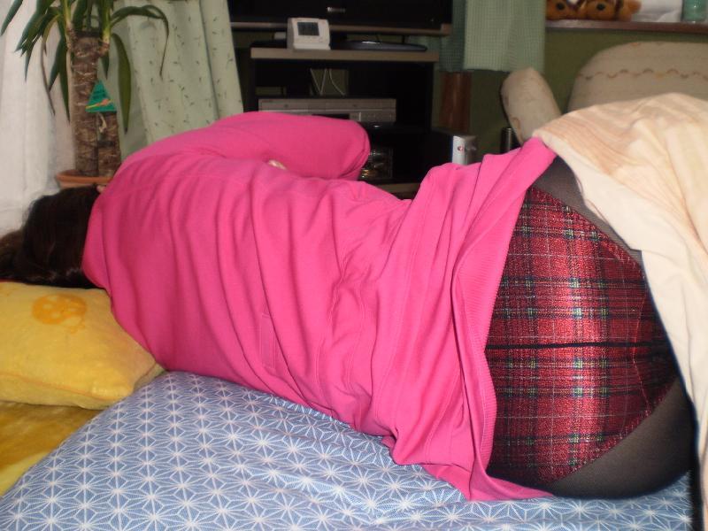 【人妻画像】昼寝している所を無断でw勝手に嫁のデカい尻自慢画像 14