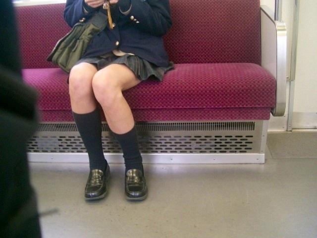 【電車内JK画像】むっ、JKが座席でムッチリ太もも晒してる…とりあえず視姦www 12