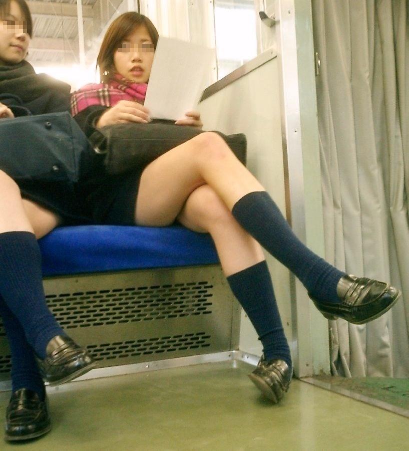 【電車内JK画像】むっ、JKが座席でムッチリ太もも晒してる…とりあえず視姦www 13