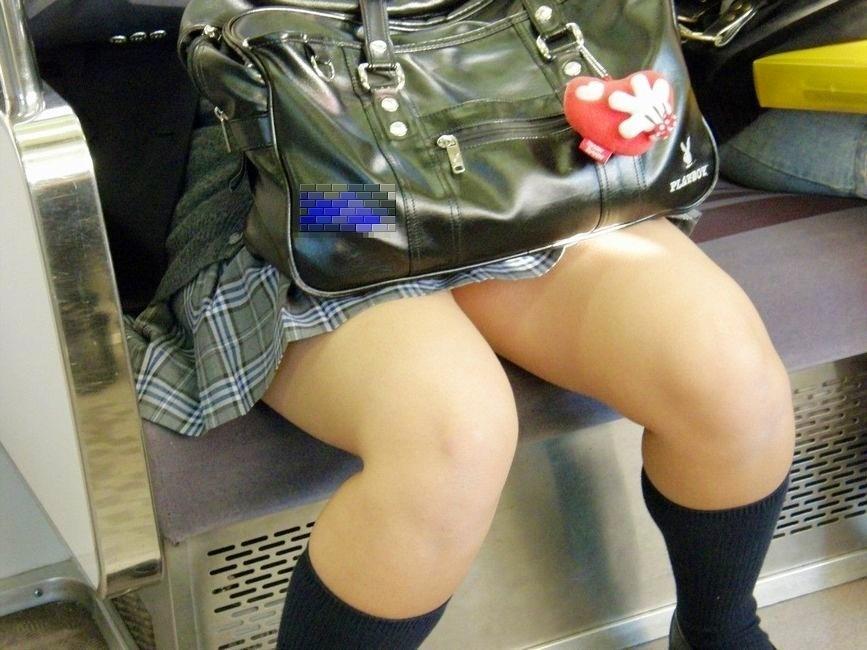 【電車内JK画像】むっ、JKが座席でムッチリ太もも晒してる…とりあえず視姦www 16