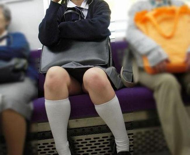 【電車内JK画像】むっ、JKが座席でムッチリ太もも晒してる…とりあえず視姦www 19