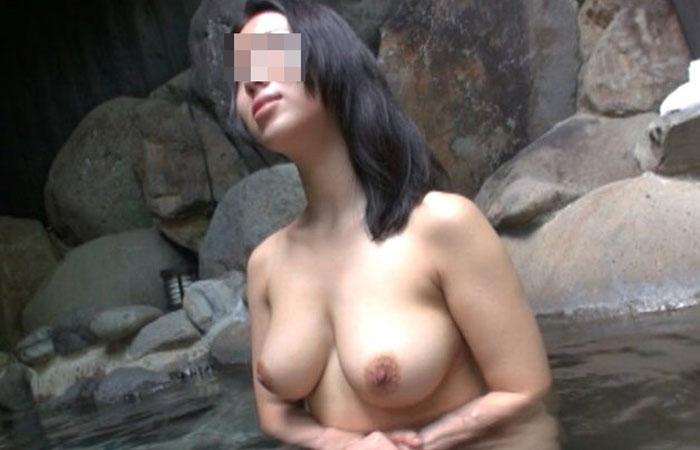 【風呂と人妻画像】温泉・露天風呂が嫁に露出プレイをさせる場所と思ってる旦那達www 001