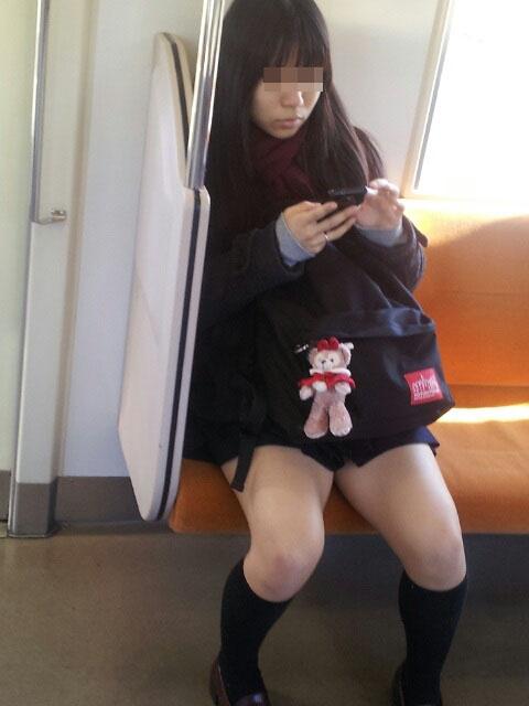 【電車内JK画像】チラ見えを期待して…向かいの席に座ってるJKの生脚に視線釘付け! 01