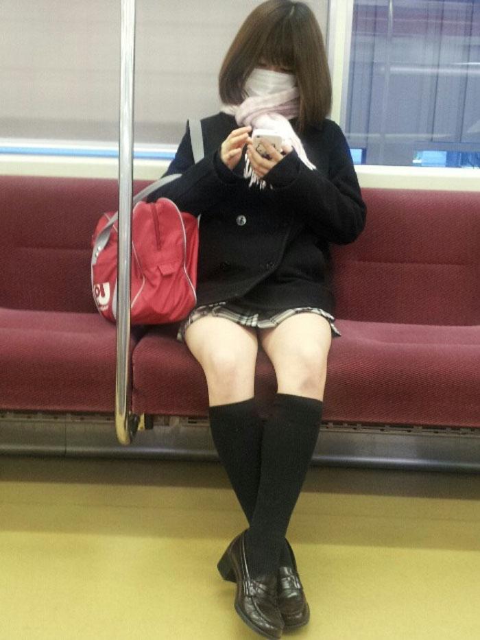 【電車内JK画像】チラ見えを期待して…向かいの席に座ってるJKの生脚に視線釘付け! 03