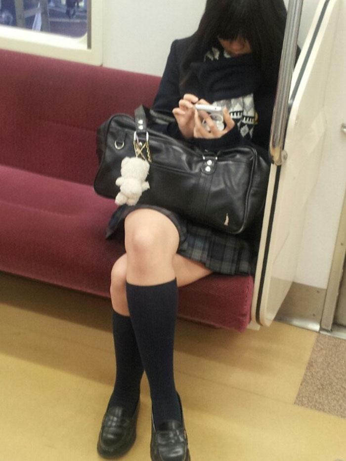 【電車内JK画像】チラ見えを期待して…向かいの席に座ってるJKの生脚に視線釘付け! 04