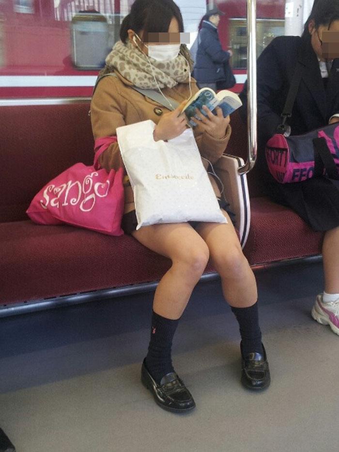【電車内JK画像】チラ見えを期待して…向かいの席に座ってるJKの生脚に視線釘付け! 05