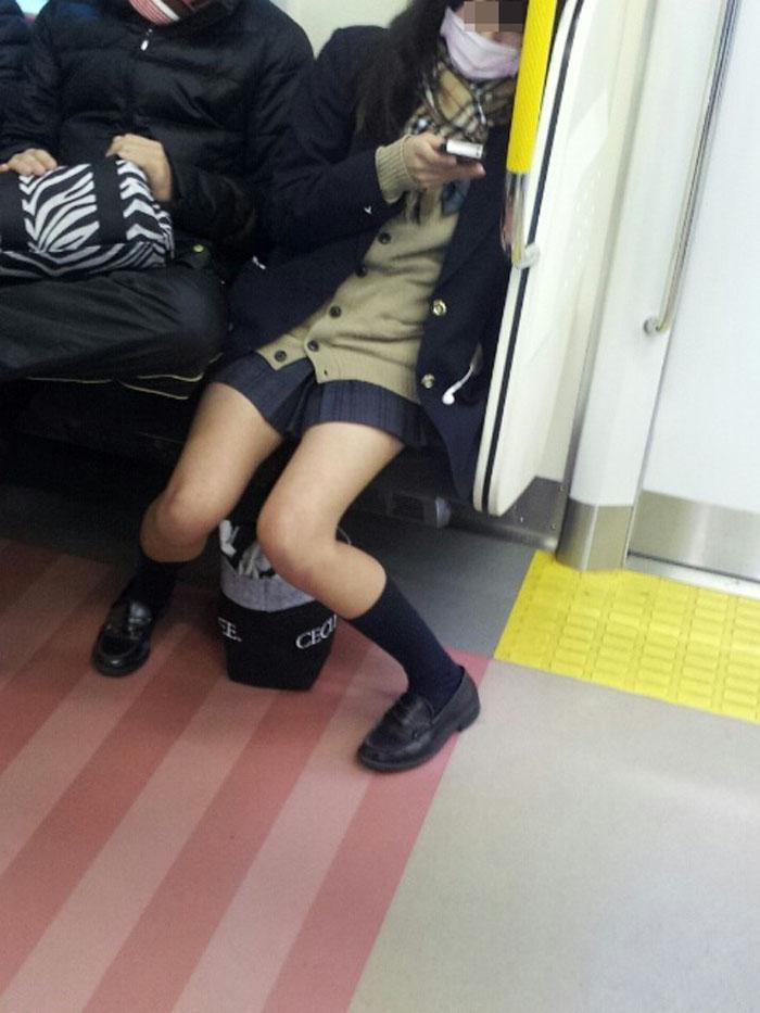 【電車内JK画像】チラ見えを期待して…向かいの席に座ってるJKの生脚に視線釘付け! 06