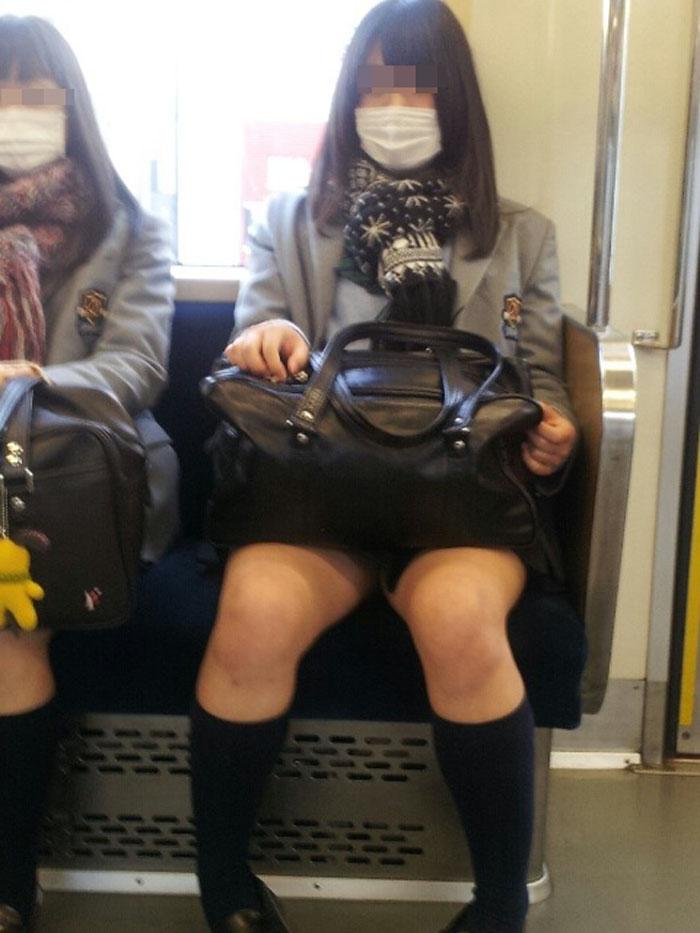 【電車内JK画像】チラ見えを期待して…向かいの席に座ってるJKの生脚に視線釘付け! 08