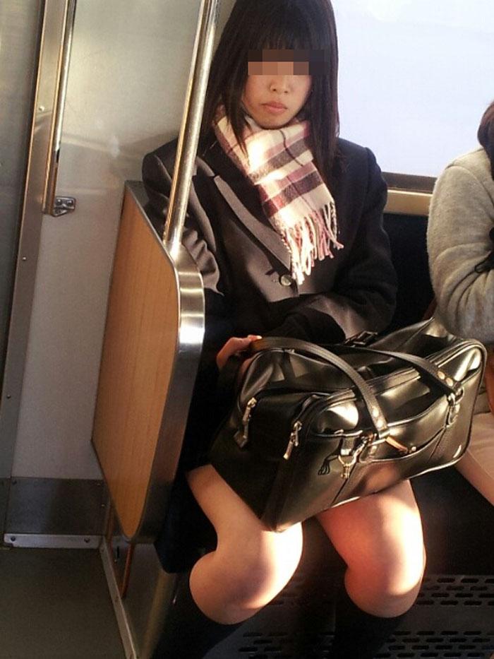 【電車内JK画像】チラ見えを期待して…向かいの席に座ってるJKの生脚に視線釘付け! 09
