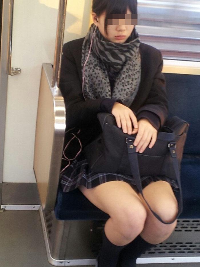 【電車内JK画像】チラ見えを期待して…向かいの席に座ってるJKの生脚に視線釘付け! 10