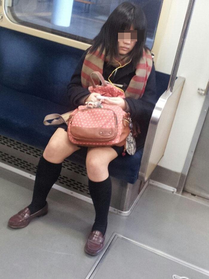 【電車内JK画像】チラ見えを期待して…向かいの席に座ってるJKの生脚に視線釘付け! 11