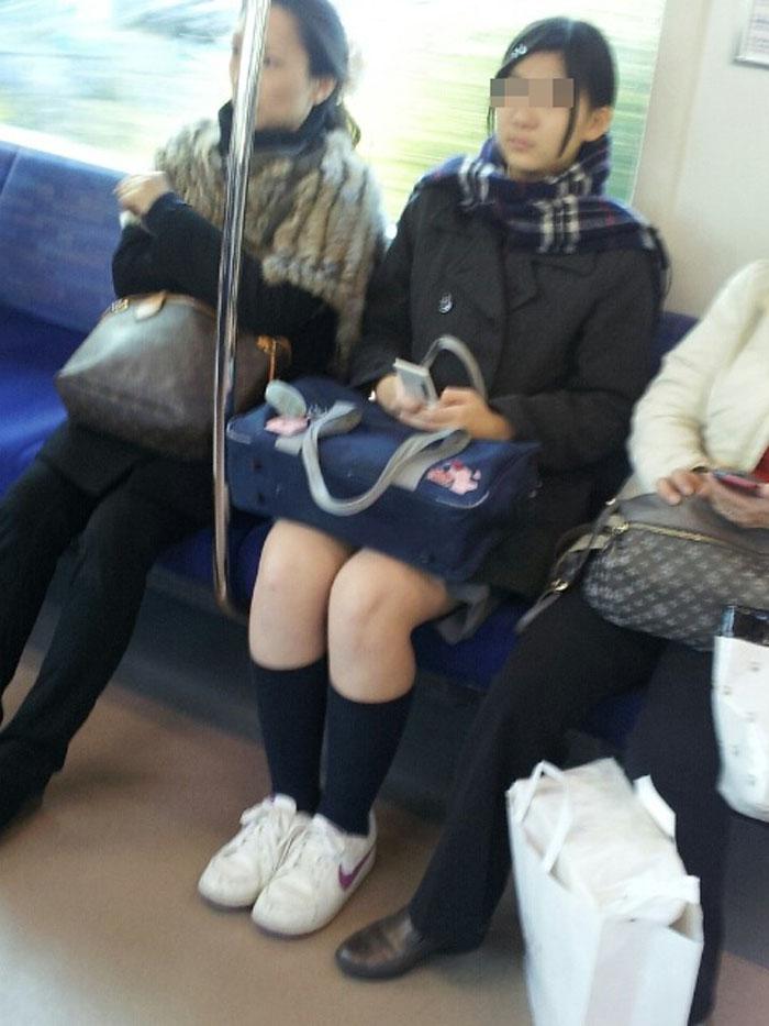 【電車内JK画像】チラ見えを期待して…向かいの席に座ってるJKの生脚に視線釘付け! 12