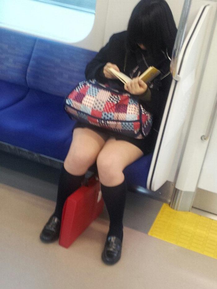 【電車内JK画像】チラ見えを期待して…向かいの席に座ってるJKの生脚に視線釘付け! 13