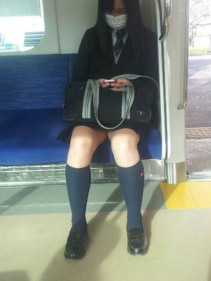 【電車内JK画像】チラ見えを期待して…向かいの席に座ってるJKの生脚に視線釘付け! 14