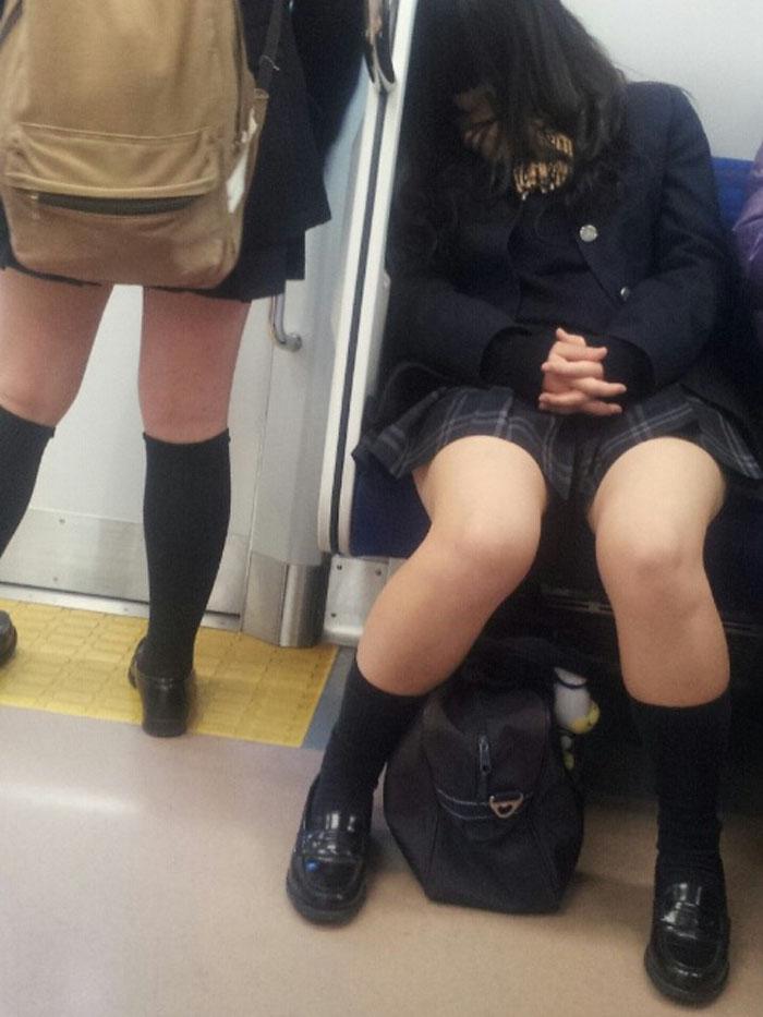 【電車内JK画像】チラ見えを期待して…向かいの席に座ってるJKの生脚に視線釘付け! 16