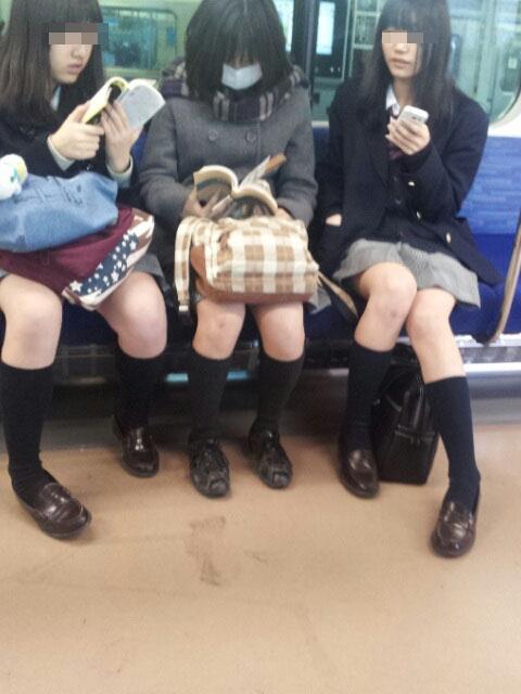 【電車内JK画像】チラ見えを期待して…向かいの席に座ってるJKの生脚に視線釘付け! 17
