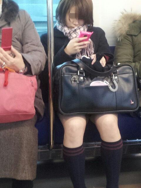 【電車内JK画像】チラ見えを期待して…向かいの席に座ってるJKの生脚に視線釘付け! 18