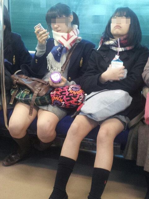 【電車内JK画像】チラ見えを期待して…向かいの席に座ってるJKの生脚に視線釘付け! 19