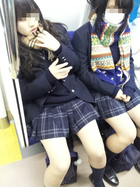 【電車内JK画像】チラ見えを期待して…向かいの席に座ってるJKの生脚に視線釘付け! 20