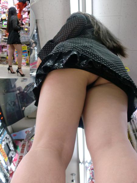 【パンチラ画像】短いスカートの女子がいたら、潜って見たくなるのが漢の性だねwww 13