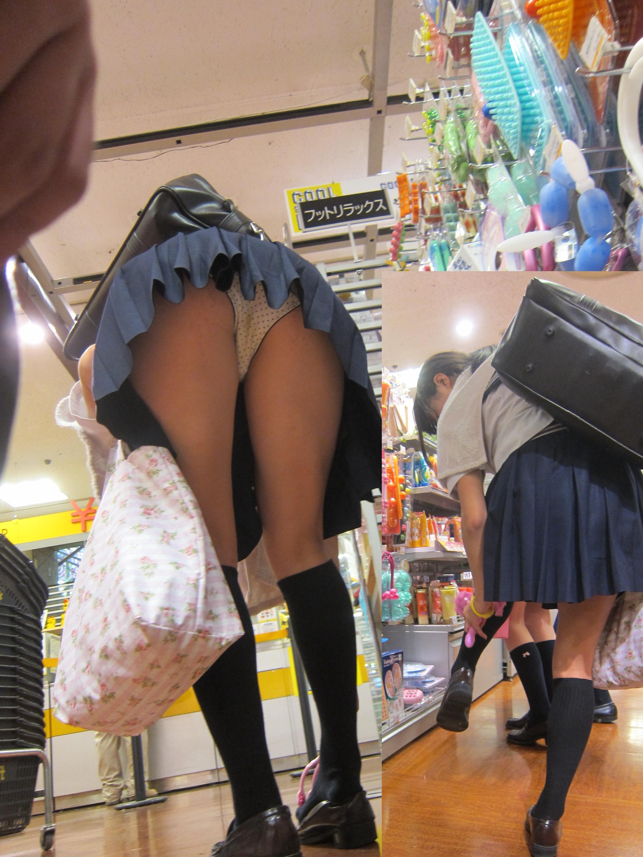 【パンチラ画像】短いスカートの女子がいたら、潜って見たくなるのが漢の性だねwww 17