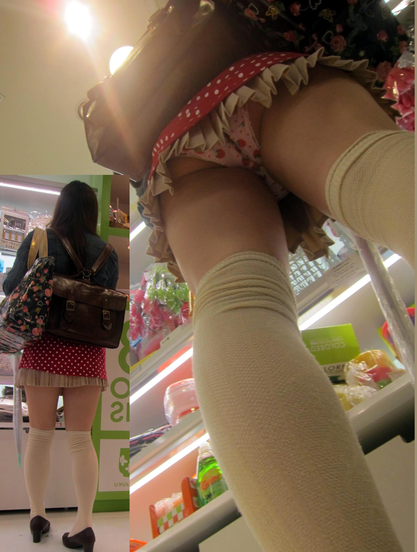 【パンチラ画像】短いスカートの女子がいたら、潜って見たくなるのが漢の性だねwww 20